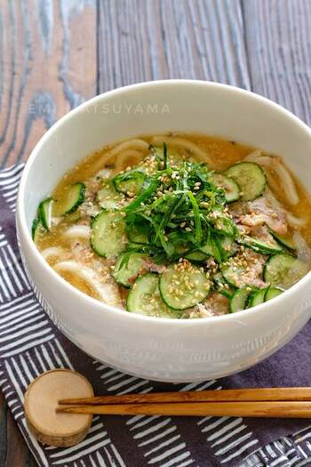 食欲がない!という時にも食べやすいのが冷たいおうどん。冷凍うどんを使えばレンジでチンしておしまいなので調理も楽々。味噌味ですが、紫蘇ときゅうりによるさっぱり感も味わえます。