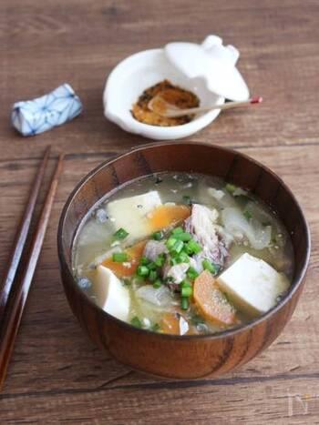 あら汁というと複雑な料理工程が想像されますが、サバ缶を使ってお家でお手軽につくっちゃいましょう!お豆腐やニンジン、大根などなど、具沢山にすれば食べごたえもたっぷりで大満足の1品に。