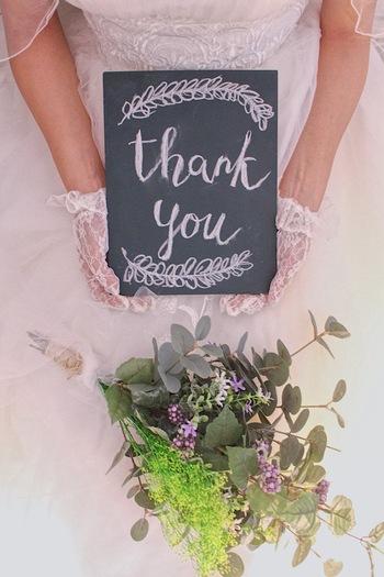 結婚式当日に花嫁さんが持つブーケと新郎が胸に付けるブートニアの注文をするのもこの時期。好きな色や花、こだわりを伝えて理想のブーケ・ブートニアを作ってもらってくださいね。