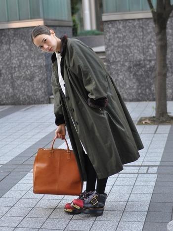 子供が大人のバッグを持っているみたいなサイズ感が可愛い、スーパービッグサイズのバッグです。