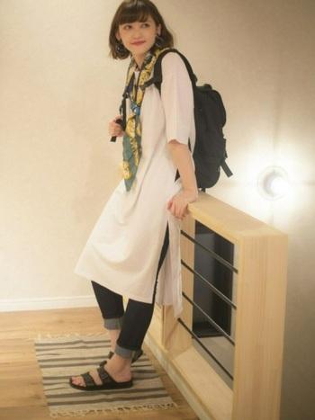 普通の白Tワンピに鮮やかな春カラーのスカーフを巻いて変化を。スリット入りなので、ボトムスとの組み合わせを楽しめます。