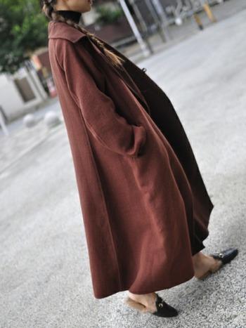 スーパーロングのチェスターコート。足元はミュールの意外な組み合わせがユニーク。