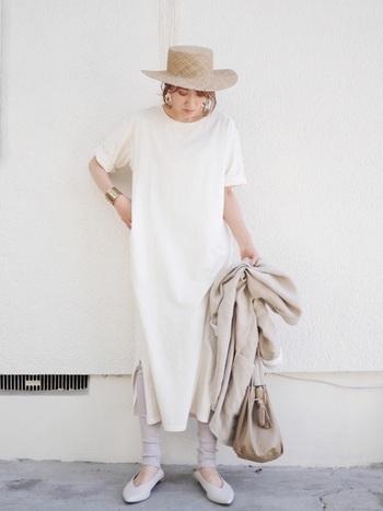 爽やかな白ワンピは夏らしいコーデにぴったり!麦わら帽子を合わせたら、他のアイテムもベージュで合わせて統一感のあるグラデーションコーデに。