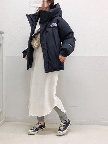 ノースフェイスのダウンは高い防寒性に定評あり。シンプルな白ワンピに合わせてかっこよく着こなしましょう。