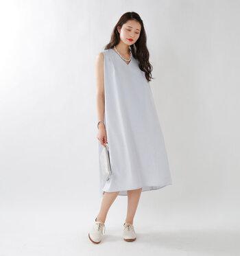 揺れる裾がとっても素敵な白のワンピースドレス。夏らしく、きらきら輝く小物やはっきりしたメイクで彩りましょう。特に規定がなければ、足元はあえてローファーでハズすのもおすすめです。
