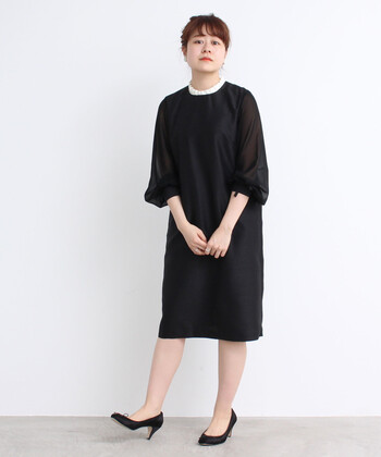 襟のプリーツフリルが愛らしい一着。シンプルできちんと感がありながら、女性らしい柔らかさも忘れないコーデに仕上がります。