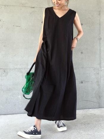 リネン素材の黒ワンピースを使ったコーデ。素材のおかげで黒でも涼し気・軽やかに見せることができます。バッグの差し色がアクセントに。