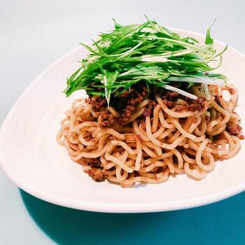こちらは中華麺を使った水菜のレシピです。にんにくやショウガ、豆板醬などのスタミナ素材と合い挽き肉で、元気の出そうな一品。水菜はたっぷり山盛りにして食べましょう!