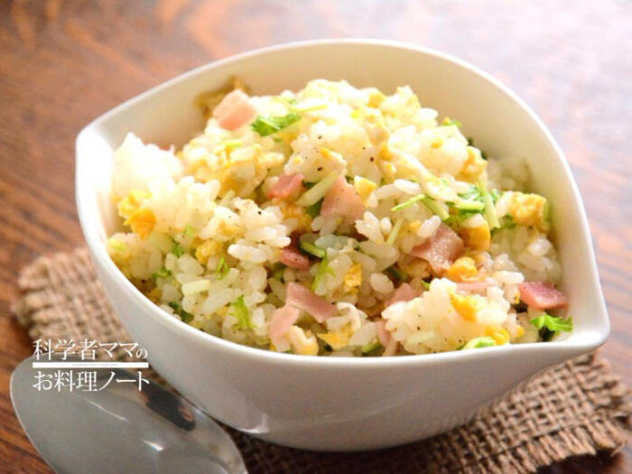 水菜はチャーハンにも入れられます!こちらは、ベーコンと合わせた洋風のチャーハン。水菜は小さく切って、最後の仕上げに混ぜ合わせましょう♪