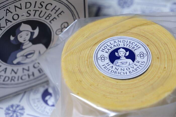 ドイツ・ハノーファーで100年以上続く老舗・ホレンディッシェ・カカオシュトゥーベ。その「バウムクーヘン」は、シンプルでどこか懐かしい味わい。しっとりとした生地と程よい甘さが特徴です。