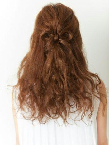 バックスタイルまでこだわりたい人におすすめのハーフアップアレンジです。 耳上の髪を後ろにまとめたら、毛束を使ってリボンを作ります。髪が多いからこそできるアレンジで、おしゃれを楽しみましょう。