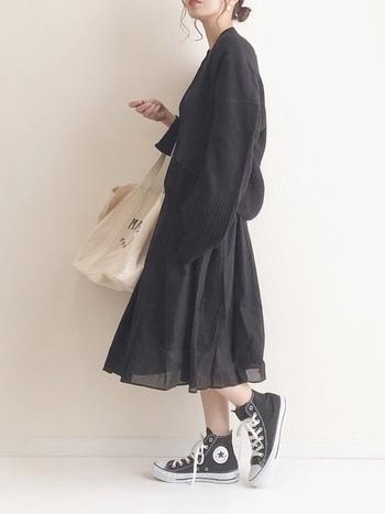 夏にお世話になった黒ワンピにカーデを羽織れば秋も大活躍。足元には黒のハイカットを合わせて、定番アイテムだけで出来る1トーンコーデで手軽に秋コーデを楽しみましょう♪