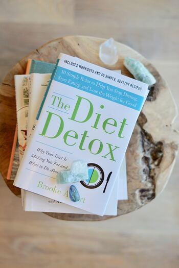 薄着になるとボディラインが気になって、食事制限を始める人も多いのではないでしょうか。食事制限をメインにすると筋肉を落としてしまうだけでなく、たんぱく質やミネラル、ビタミンなど必要な栄養素までもが減ってしまう可能性が出てきます。そこから栄養不足になると身体のエネルギーが作り出せず、冷えの原因になると言われています。