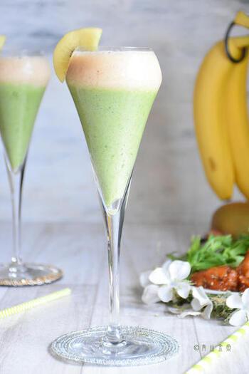 こちらは、水菜の茎部分を使ったスムージー。茎部分だけ余ってしまったときにもおすすめです。バナナやゴールデンキウイフルーツと合わせたおしゃれなドリンク。カットしたキウイを飾れば完ぺきですね♪