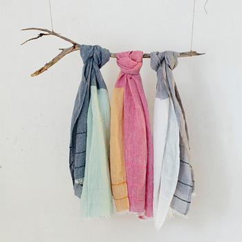 冷えている時はまず「温める」のが基本です。 最近は薄着の服にも響かないような腹巻も販売されているので、長時間室内にいる時におすすめです。室内外の出入りが多い時は、ストールやカーディガンなど一枚羽織るものを持ち歩くと良いでしょう。