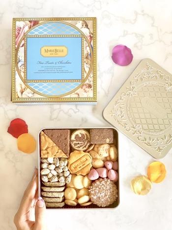 チョコレート専門店「マリベル」の『ワンダートレジャー』は、人気の焼き菓子を楽しめるクッキー缶です。 クラシックで上品なデザインの缶にサブレやメレンゲなどのお菓子が10種類が詰まっています。 どれから食べようか迷ってしまいそう。