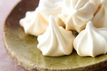 サクサク食感が人気のメレンゲクッキーも、絞り出しを使って型なしで作れるクッキーです。 材料も2種類だけでとっても簡単♪ 真っ白いふわっとした見た目は、透明な袋にラッピングしても可愛いですね。