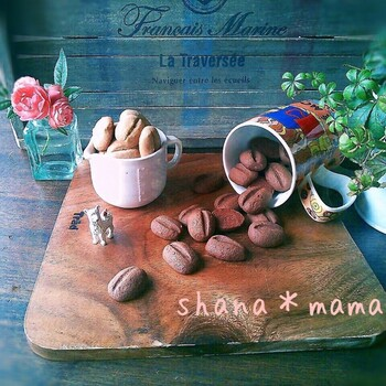 コーヒー好きな方にはこんなクッキーはいかがですか? ラッピングはクラフト紙や麻紐を使うと、さらにコーヒーテイストがアップしそうですね。