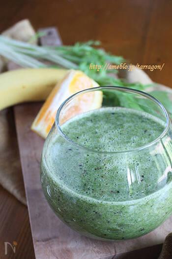 こちらは、水菜のほかに、冷凍ブルーベリー、オレンジ、バナナを使ったレシピ。バナナは完熟のものを選びましょう。材料を切って、水と一緒にミキサーにかければ完成!飲みにくいときには、水を豆乳に変えると良いのだそう♪