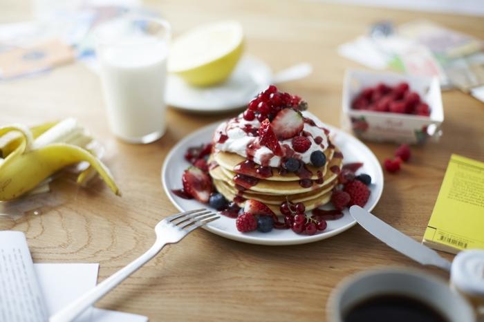 丸いプレートは縁が少し上がって、食べものをよそったり、食べたりしやすそう。特に目立ったデザインはないけれど、シンプルで定番の安定感のあるお皿です。どんなお料理や食器ともすんなり馴染んでくれる。