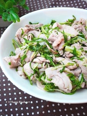 ご飯がどんどん進みそうな炒め物のレシピ。水菜の色合いがとってもキレイですね。まずバターで豚肉を炒めてから、にんにくを加えましょう。水菜は最後にささっと加えて。ポン酢でさっぱり仕上げましょう♪