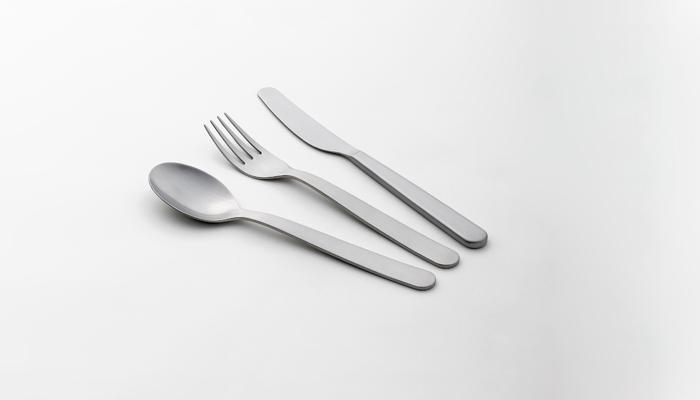 するりとした飾り気のないシンプルなカトラリーです。テーブルスプーンやナイフ、フォークの他、スープスプーンやバターナイフもあるから、シリーズで幅広く揃えられる。