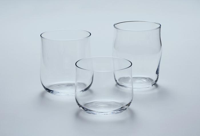 コンパクトなグラスと胴部にふくらみのあるグラス、どちらもガラスの美しさを実感できるデザインです。小さなグラスは子供が使ったり、フルーツやソースを入れても良さそうです。