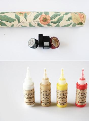 誰のお宅にも1つはある通販箱の段ボールが、とってもお洒落な収納ボックスに! 最近の梱包段ボールは丈夫なものが多いので、使い勝手も抜群。おうちににある材料と道具で簡単にDIYが楽しめます。例えば、こちらのブロガーさんは、壁紙、マステ、さらに布に描き、乾くと立体感のある刺繍風の作品に仕上るステッチカラーを使って素敵にデコレーション。