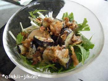 なすのおいしい季節にもおすすめ。水菜となすをメインにしたサラダです。白いりごまと白すりごまを両方使う、こだわりの手作りドレッシングで頂きましょう♪