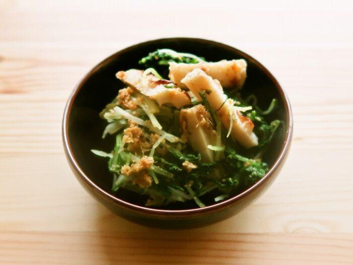 さっと茹でた水菜と、こんがり焼いたちくわで作るナムルです。こちらも、水菜の水気はよく切りましょう♪  冷蔵庫で5日間、冷凍なら1ヶ月日持ちしますよ。