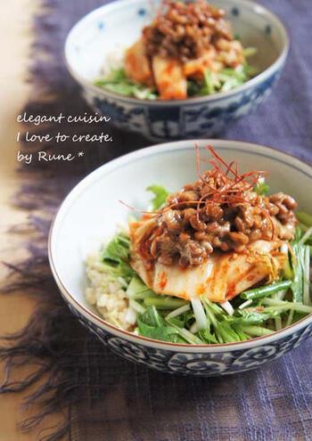 水菜はキムチとも相性が良いんですよ♪水菜は、ごま油やかつおぶしなどと一緒に先に味付けをしておきます。ご飯の上に、水菜、キムチ、納豆の順に重ねれば完成。お好みで糸唐辛子を添えましょう。