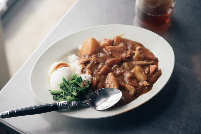 ヨーロッパのバルやレストランでよく使われているサタルニアのお皿。シンプルな白いお皿は料理映えする上、程よい厚みもあって安定感も十分です。カレー皿として使うなら、おすすめはやっぱりオーバル型。無造作に盛るだけでとっても美味しそうに見えますよね。