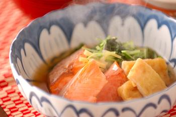 塩鮭を煮物で食べるレシピ。水菜の色合いをアクセントに、油揚げによってコクも加わった一品。水菜は最後に強火でさっと煮るのが美味しく仕上げるコツです♪