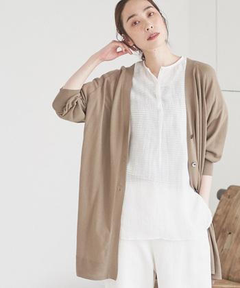 ベージュのカーディガンはやわらかく、女性らしい雰囲気を演出してくれます。優しい色なのでどんな服にも合わせやすいのが嬉しいところ。白のワントーンコーデにベージュのカーディガンを合わせて同系色でまとめるのも素敵ですね。