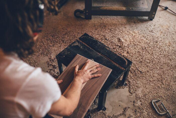 サンダーは、木の表面を滑らかにしたり、すでに塗装をされているものをはがしたりするのに使います。やすりがけの作業をするときは、マスクがあると安心です。