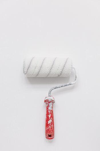 ローラーは、広い範囲の床や壁を塗装する際におすすめです。ローラーに、ペンキを付けすぎないのがポイントですよ。
