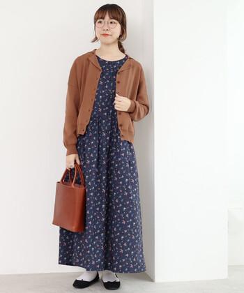 開襟が特徴の、コットン100%でできた薄手の夏用カーディガン。花柄のロングワンピースと合わせてシックな着こなしに。清楚で上品な印象になりますね。