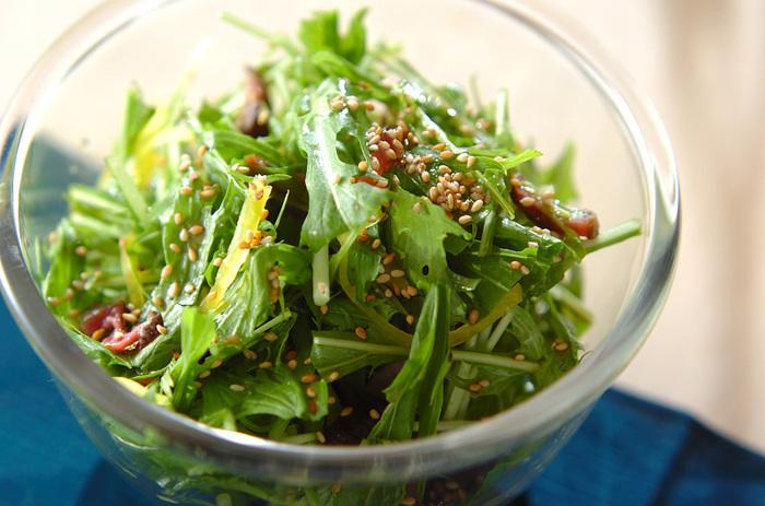 水菜と市販の漬物を合わせたユニークな時短サラダも♪たくあんとしば漬けを使っています。漬物好きな方には特におすすめ。ドレッシングはぜひ手作りで。