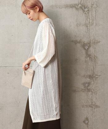見た目に涼しく、着ても涼しい透かし編みのカーディガン。さらっと1枚羽織るだけで涼しい印象になります。シンプルで合わせやすいので、夏に1枚持っておけば重宝してくれそうです。