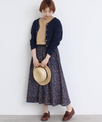 コットンでできたカットソー地のカーディガン。ニットと違い肌ざわりが涼しく、夏にぴったりです。Vネックや短めの丈など細部のデザインに凝った1枚。花柄のスカートと合わせたらかわいく着こなせます。