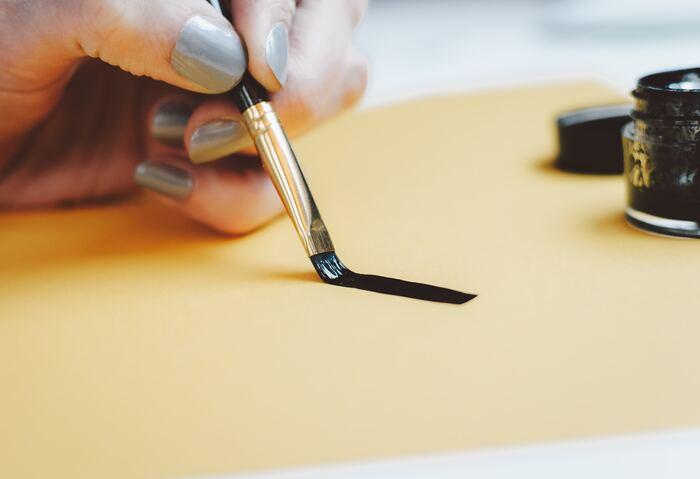 ローラーでペンキを塗ることができない細かい部分や隙間にペンキを塗るために、刷毛があると便利です。100円ショップなどでも購入できます。