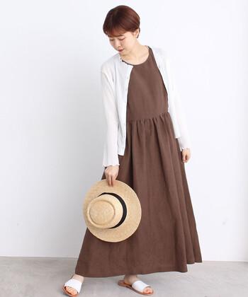 茶色のシンプルなロングワンピースに、シャーリングが施されたカーディガンを合わせてかわいらしく。シャーリングデザインに加えて真っ白な色がすずしげですよね。サンダルと麦わら帽子を合わせれば夏コーデの完成です。