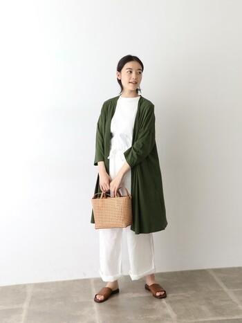深い緑のカーディガンを羽織れば、落ち着いた大人っぽい印象になります。白のワントーンコーデと合わせれば夏らしいさわやかさもプラスされて素敵です。体型カバーしてくれるロングカーディガンは、夏に取り入れたいですね。