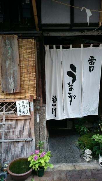 浅草駅から徒歩5分ほどのところにある「初小川(はつおがわ)」は、明治40年創業の老舗。趣きのある外観が、浅草の街にしっくりとなじみます。