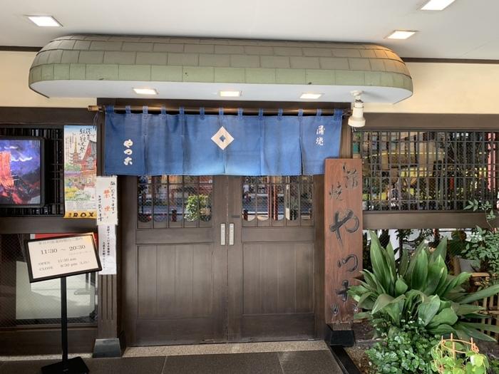雷門一丁目の交差点そばにある「やっ古」は、勝海舟とジョン万次郎が訪れたり、夏目漱石の小説に描かれていることでも知られるうなぎ店。11代将軍・徳川家斉の時代から創業当時とほぼ同じ場所にお店を構えていて、歴史の重みが感じられますね。
