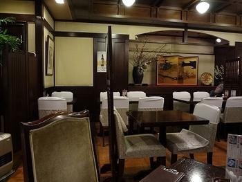大正ロマンのようなレトロな雰囲気の店内。1階はテーブル席で、2階はお座敷。お座敷には個室もあるので、さまざまなシーンで利用できます。