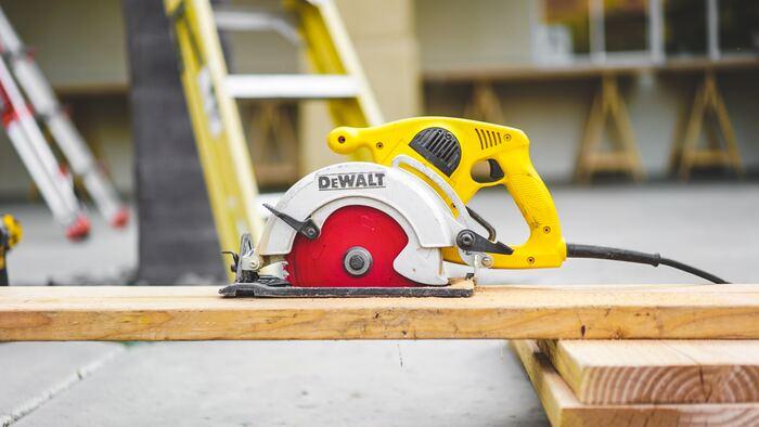 タッカーは、長いホチキスのようなもので木材などを固定できる工具です。賃貸では使えないと思われがちですが、画鋲よりも小さな穴になるので、原状回復がしやすくなります。