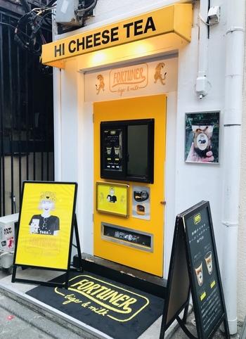 明治神宮前駅から歩いて5分ほどのところにある「FORTUNER tea-box(フォーチュナーティーボックス)」は、日本初のチーズティー専門店です。自動販売機のようなユニークな外観が印象的。