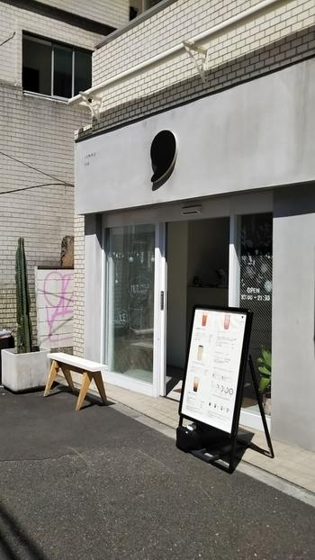JR恵比寿駅から徒歩3分のところにある「comma tea(コンマ ティー)」は、お茶ひと口を「,(コンマ)」に例え、日常の中でちょっと一息つける空間をコンセプトに生まれたティースタンドです。