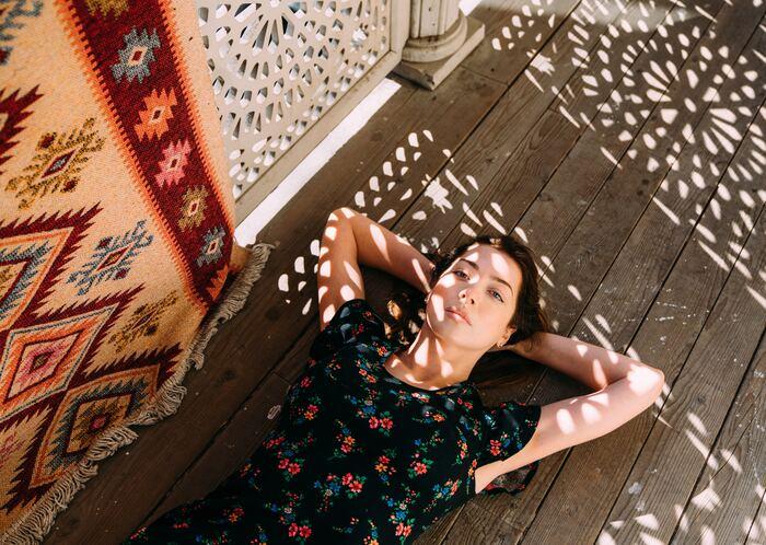 賃貸の床ではなかなか味わいのある床は少ないですが、ヴィンテージ感や古民家風の床にしたい方はベニヤ板を下に敷き詰めることで、木の質感を生かした床にすることができます。敷き詰めたベニヤ板にビスを打ち付けるので、床を傷つけません。